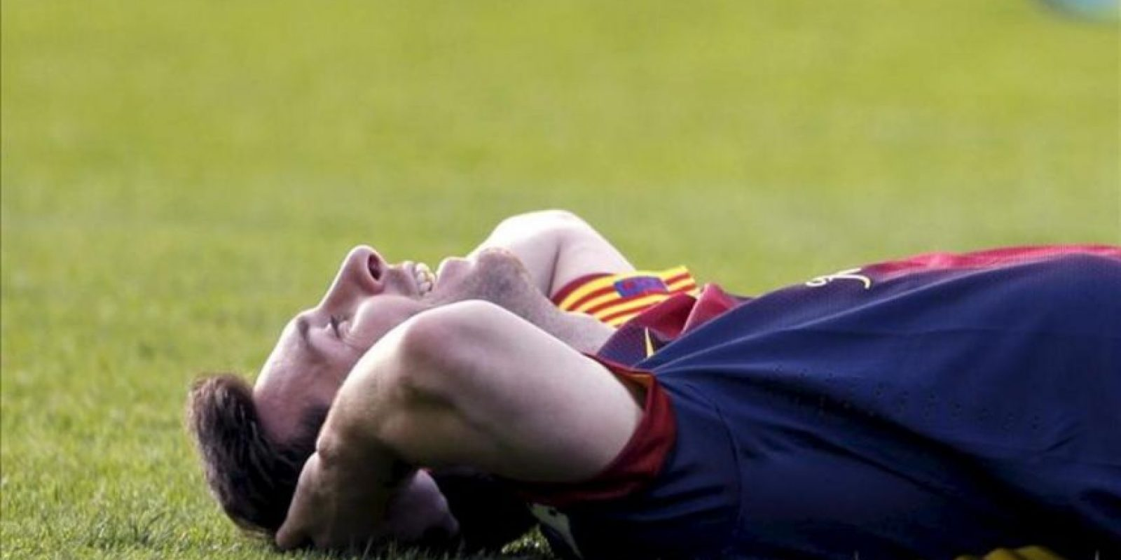 El delantero argentino del Barcelona Lionel Messi en el suelo durante una acción de su partido ante el Celta, de la jornada vigésimo novena de la Liga de Primera División que se disputó en el estadio Balaídos de Vigo. EFE