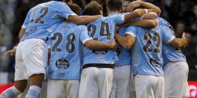Los jugadores del Celta de Vigo celebran el empate a dos goles frente al Barcelona, tras el marcado por el centrocampista Borja Oubiña, durante el partido de la jornada vigésimo novena de la Liga de Primera División que se disputó en el estadio Balaídos de Vigo. EFE