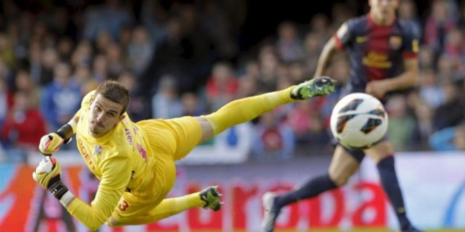 El portero del Celta Javi Varas observa el balón entrar en la portería en la jugada del gol marcado por el delantero del Barcelona Cristian Tello, durante el partido de la jornada vigésimo novena de la Liga de Primera División que se disputó en el estadio Balaídos de Vigo. EFE