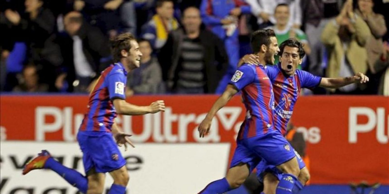 Los jugadores del Levante UD, (i-d) Michel, Rubén y Pedro Ríos, celebran el primer gol del equipo levantinista, durante el encuentro correspondiente a la jornada 29 de primera división en el estadio Ciutat de Valéncia. EFE