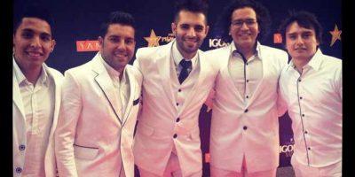 Los integrantes de Alkilados se hubieran visto maravillosos en otro color que no fuera el tradicional blanco. Hubieran proyectado mucho más imponencia como grupo. Foto:E! Online Latino/Instagram