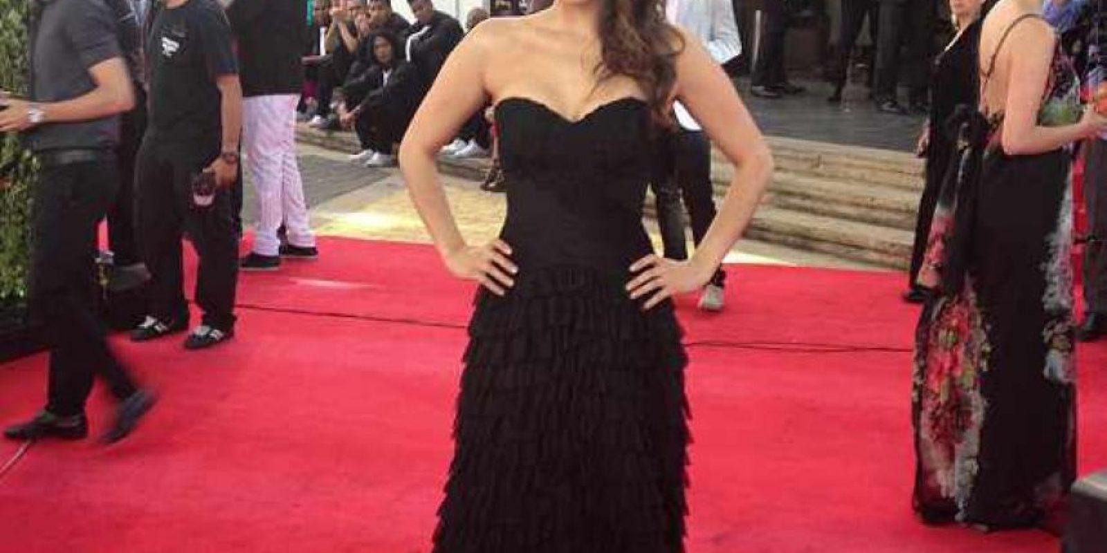 ¡Gran cambio el de Natalia Durán! Del estilo de finales de los 90 que usó en la alfombra roja del año pasado, ahora se decantó por el negro, y de una forma más elegante. Pudo haber innovado en el peinado, así este no fuese recogido. Foto:E! Online Latino/Instagram