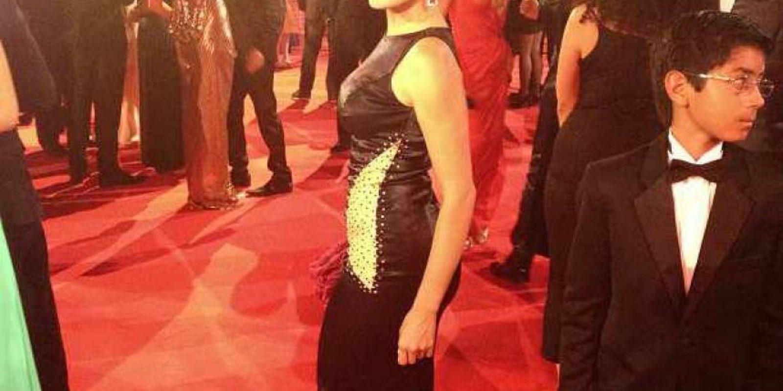 Xilena Aycardi pudo haber sido una de las mejor vestidas si hubiese combinado la tendencia predominante (dorado con negro), de otra forma, ya que este contraste de tela con la otra no le da sutilidad al vestido. Foto:E! Online Latino/Instagram