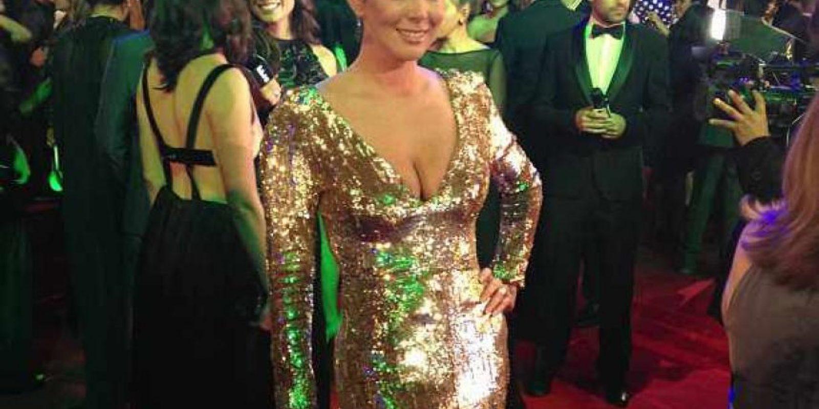La combinación de peinado y vestido de Maritza Rodríguez, por un momento, me recordaron a las mujeres de 'Mad Men' cuando están de fiesta. Pero el excesivo brillo terminó por referenciar más a la época de fastuosidad de los años 80, muy acorde con sus divas hispanoamericanas. Foto:E! Online Latino/Instagram