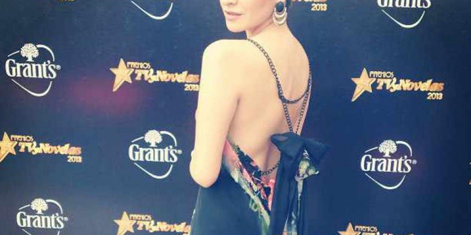 Daniela Cote, presentadora de Terra, refrescante con este vestido de Darío Cárdenas. Ella prueba que se puede impactar con un estampado adecuado, un corte arriesgado y un peinado clásico. Foto:E! Online Latino/Instagram
