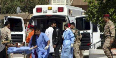 Médicos iraquíes transportan en camilla a un manifestante herido tras los enfrentamiento con soldados iraquíes, en Kirkuk, Irak, hoy martes 23 de abril de 2013. EFE
