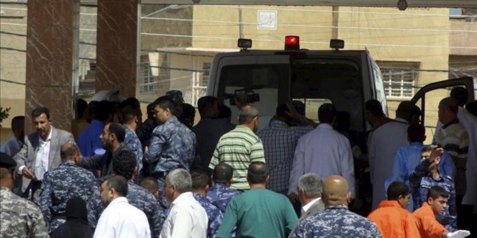 Policías iraquíes hacen guardia junto a una ambulancia que transporta un manifestante herido tras los enfrentamiento con soldados iraquíes, en Kirkuk, Irak, hoy martes 23 de abril de 2013. EFE