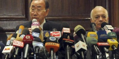 En la imagen, el secretario general de las Naciones Unidas, Ban Ki-moon (i), y su homólogo de la Liga Árabe, Nabil Al Arabi (d). EFE/Archivo