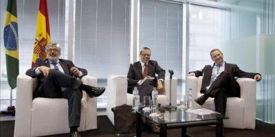 El economista Jefe y Gerente del Departamento de Investigaciones del BID, José Juan Ruiz (i), acompañado del delegado de la Agencia EFE en Sao Paulo, César Muñoz (c), y del director de Estrategia y Alianzas de Telefonica España y miembro del Consejo Empresarial para la Competitividad, Eduardo Navarro (d), este 23 de abril de 2013, durante la apertura de la conferencia España, un país de Oportunidades realizada en la sed de la Cámara Oficial Española de Comercio en Brasil. EFE