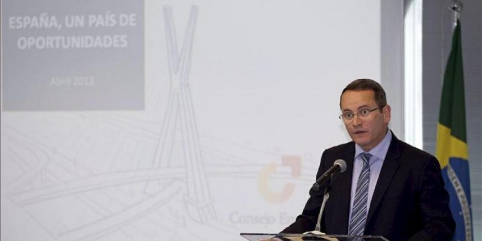 El director de Estrategia y Alianzas de Telefónica de España y miembro del Consejo Empresarial para la Competitividad, Eduardo Navarro, habla este 23 de abril de 2013, durante la apertura de la conferencia España, un país de Oportunidades realizada en la sed de la Cámara Oficial Española de Comercio en Brasil. EFE