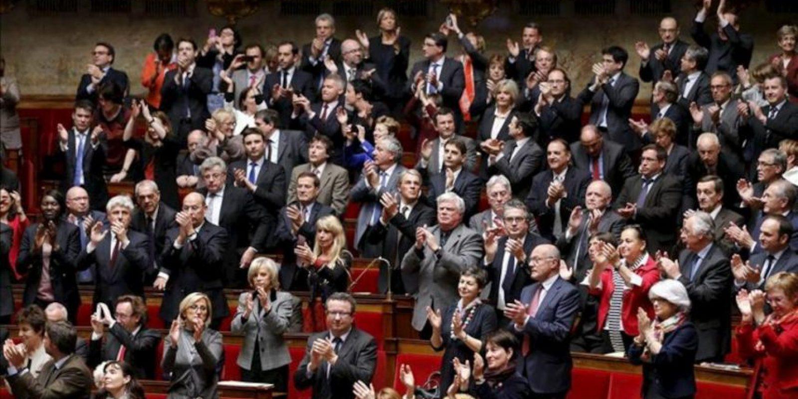 Diputados franceses aplauden la aprobación de la ley que autoriza el matrimonio entre personas del mismo sexo, en la Asamblea Nacional francesa en París, Francia, el 23 de abril de 2013. EFE