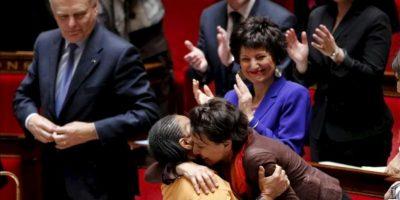 La ministra francesa de Justicia, Christiane Taubira (i), es felicitada por la ministra francesa de los Derechos de las Mujeres, Najat Vallaud-Belkacem, tras la aprobación por la Asamblea Nacional francesa de la ley que autoriza el matrimonio entre personas del mismo sexo, en París, Francia, el 23 de abril de 2013. EFE