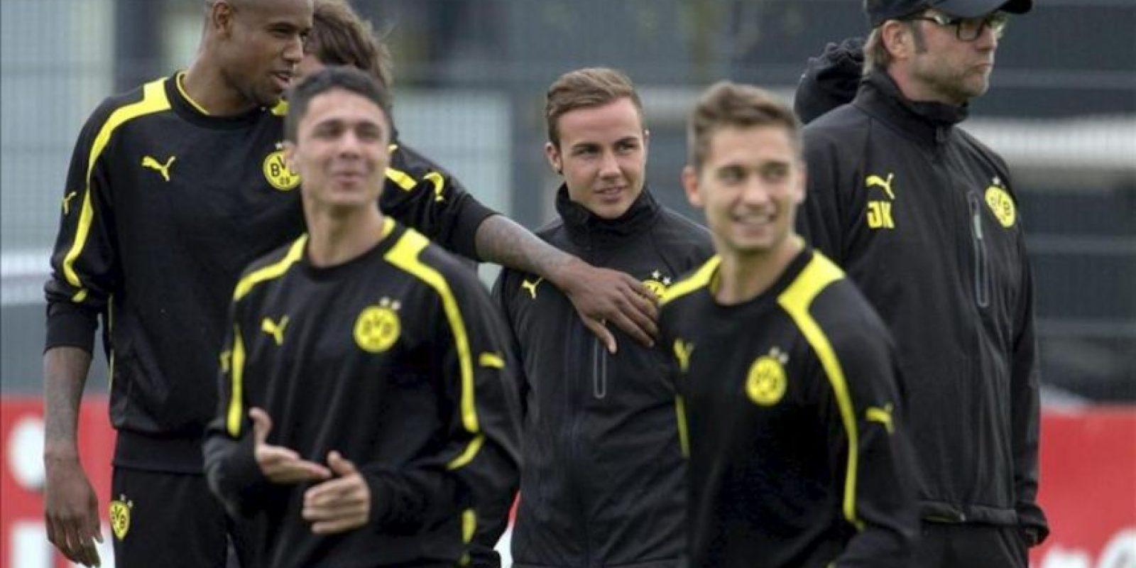 El entrenador del Borussia Dortmund, Jürgen Klopp (dcha), y el jugador Mario Goetze (c) entrenan junto a sus compañeros en Dortmund, Alemania. EFE
