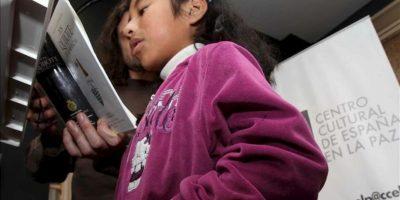 """Jóvenes bolivianos visitan este martes 23 de abril de 2013, el recién estrenado Centro Cultural de España en La Paz, donde por primera vez se leyó la universal obra cervantina """"Don Quijote de la Mancha"""", cuyas primeras líneas fueron declamadas por el embajador español en Bolivia, Ángel Vázquez, en el marco del Día Internacional del Libro. EFE"""
