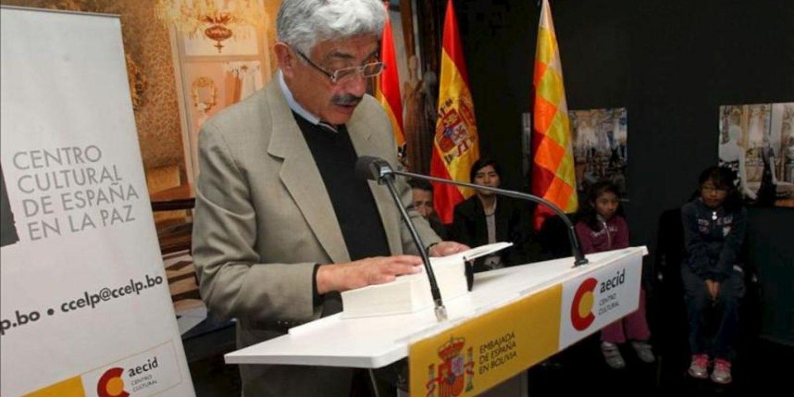 """El historiador boliviano Fernando Cajías (i) lee un pasaje de la universal obra cervantina """"Don Quijote de la Mancha"""" en el recién estrenado Centro Cultural de España en La Paz, durante un evento en el marco del Día Internacional del Libro. EFE"""