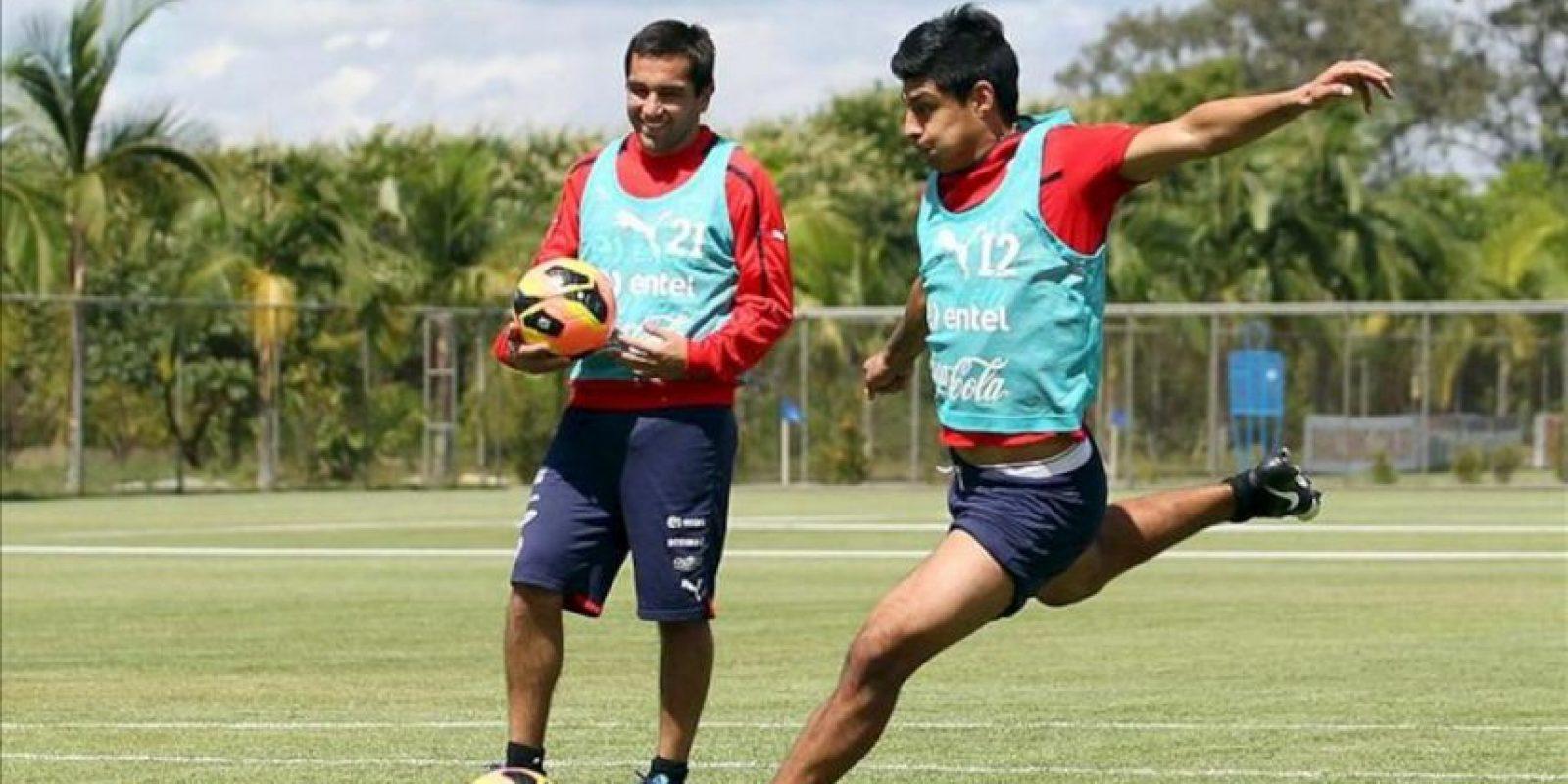 El jugador de la selección de Chile Patricio Rubio (d) durante un entrenamiento este martes 23 de abril de 2013, en el complejo deportivo Toca da Raposa II, en Belo Horizonte (Brasil). EFE