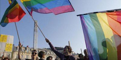 Un grupo de personas participa en una manifestación para celebrar el voto de la Asamblea Nacional de Francia que legaliza el matrimonio gay y la adopción por parejas del mismo sexo, en Montpellier (Francia) hoy, martes 23 de abril de 2013. EFE