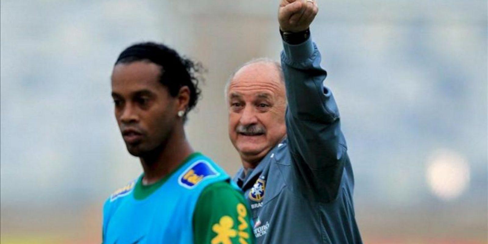 El entrenador de la selección brasileña de fútbol, Luiz Felipe Scolari (d), durante el entrenamiento junto al jugador Ronaldinho Gaúcho en el estadio de Mineirao, en Belo Horizonte (Brasil), previo al partido amistoso de mañana contra el seleccionado de Chile. EFE