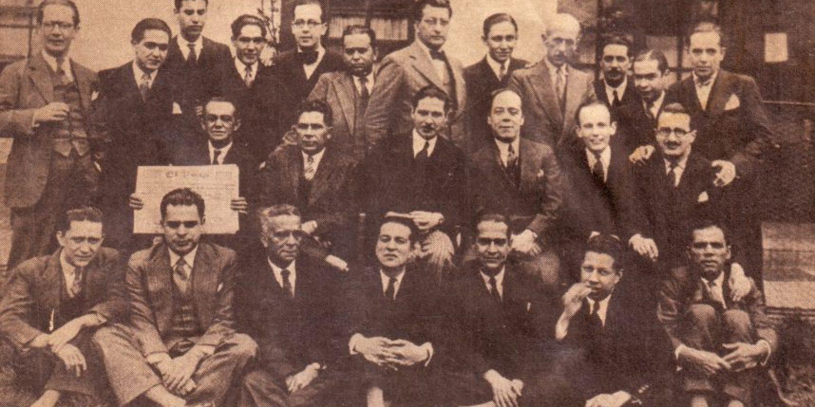 'Ximénez' es el tercero de la fila del fondo, de izquierda a derecha. Esta es una foto de la redacción de 'El Tiempo' en aquel entonces. Foto:Cortesía