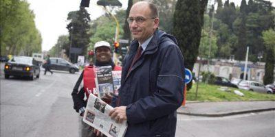 El hasta ahora vicesecretario general del Partido Demócrata (PD) que recibió ayer el encargo de formar gobierno, Enrico Letta (c), abandona su casa para dirigirse a la Cámara de Diputados, en Roma, Italia, hoy jueves 25 de abril. EFE