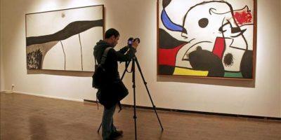 """Un visitante fotografía una de las obras que forman parte de la exposición """"Joan Miró: Iconografía"""", inaugurada hoy en el Museo de Arte Moderno de Moscú, en el marco del festival internacional de las artes """"Bosque de los Cerezos"""". EFE"""