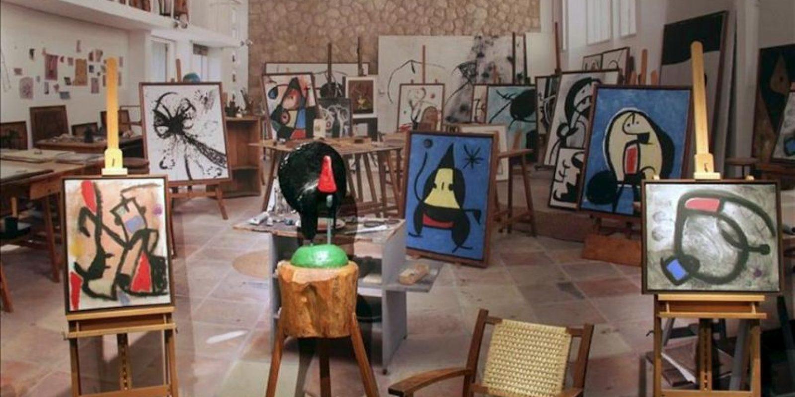 """Varias de las obras que forman parte de la exposición """"Joan Miró: Iconografía"""", inaugurada hoy en el Museo de Arte Moderno de Moscú, en el marco del festival internacional de las artes """"Bosque de los Cerezos"""". EFE"""