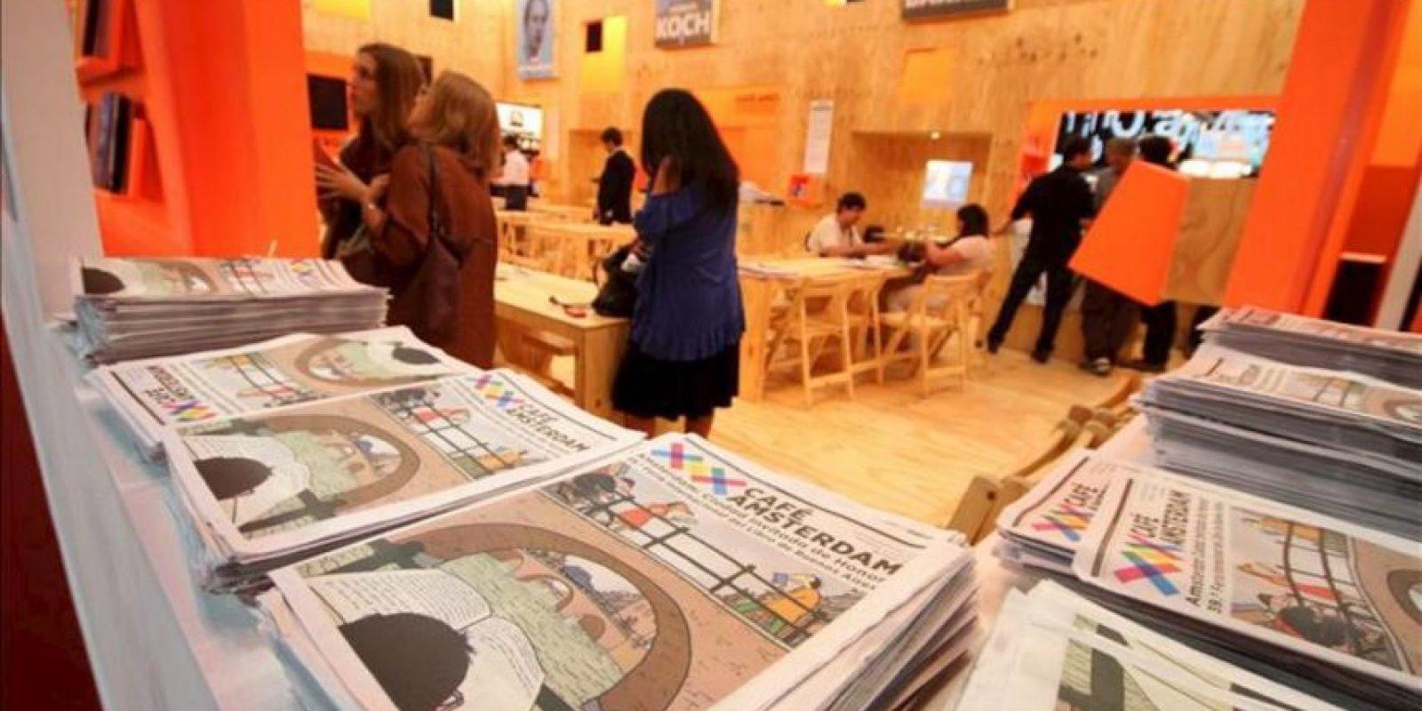 Visitantes recorren este 25 de abril, la exhibición de Amsterdam en la versión 39 de la Feria del Libro de Buenos Aires (Argentina). EFE