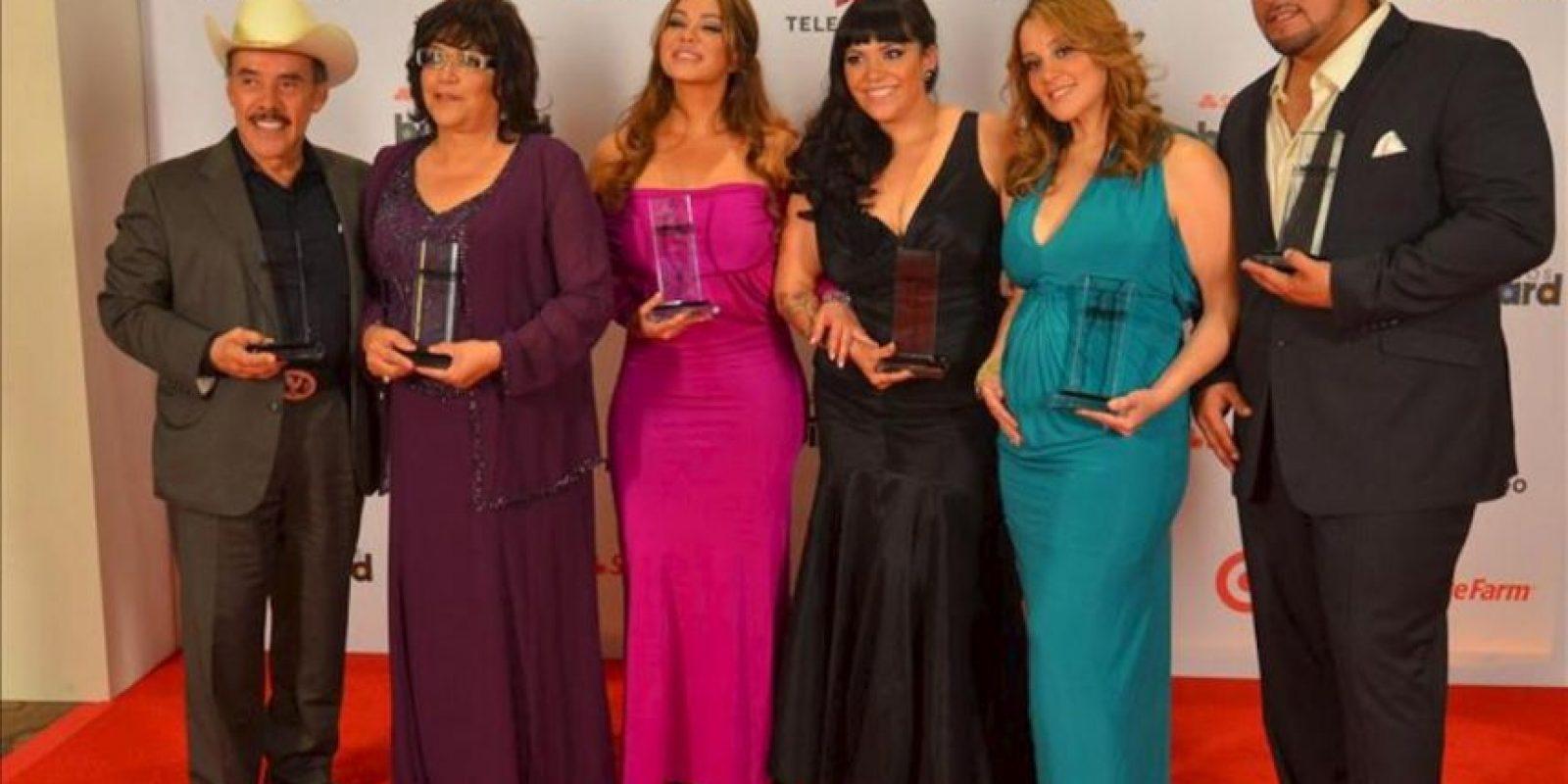 La familia de la cantante Jenny Rivera posa este 25 de abril, durante los Premios Billboard a la Música Latina que se entregan en el BankUnited Center de la Universidad de Miami, Florida (EE.UU.). EFE
