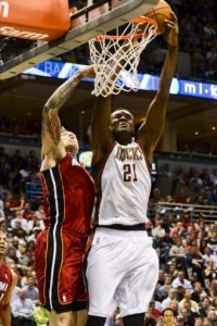 El jugador de los Milwaukee Bucks Samuel Dalembert (d) lanza la bola ante Chris Andersen (i) de Miami Heat, en un juego de la Conferencia Este de la NBA en el BMO Harris Bradley Center en Milwaukee (EE.UU.). EFE