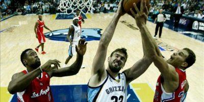 El jugador de los Grizzlies el español Marc Gasol (c) disputa un rebote ante DeAndre Jordan (i) y Blake Griffin (d) de los Clippers, durante un partido de la Conferencia Este de la NBA en el FedExForum en Memphis, Tennessee (EEUU). EFE