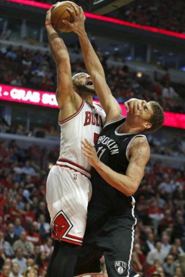 El jugador de los Bulls Carlos Boozer (i) disputa la bola ante Brook Lopez (d) de los Nets, durante el juego de semifinales de la NBA que se disputó en el United Center de Chicago, Illinois (EEUU). EFE