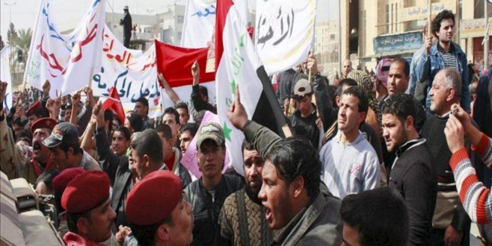 Manifestantes iraquíes gritan consignas durante una manifestación en Mosul, al norte de Irak. EFE/Archivo