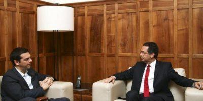 El secretario general de los socialistas portugueses, Antonio José Seguro (d), se reúne con el líder de la oposición en Grecia, el izquierdista Alexis Tsipras, hoy en Lisboa, Portugal. EFE
