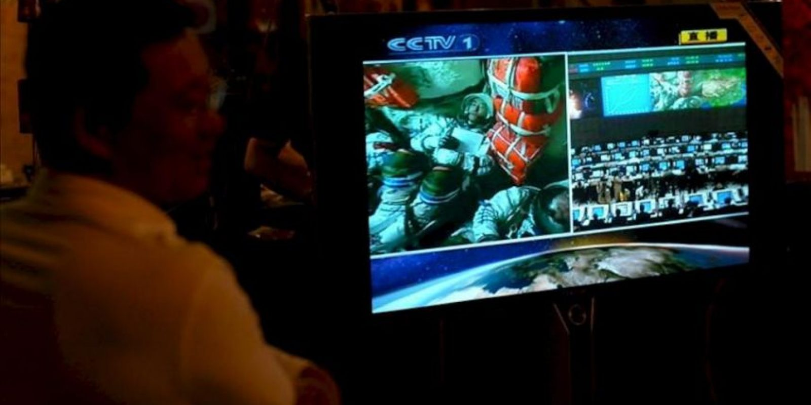 Varias personas observan en directo el lanzamiento espacial de la nave Shenzhou-7 en un restaurant de la ciudad de Qingdao al este de China. EFE/Archivo