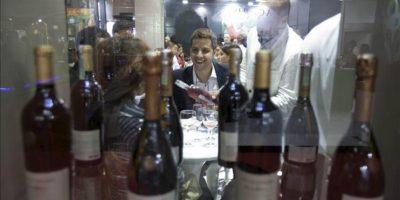 """Visitantes observan botellas de vinos seleccionados durante la """"ExpoVinis Brasil"""", feria internacional de vinos que se celebra en Sao Paulo (Brasil). EFE"""