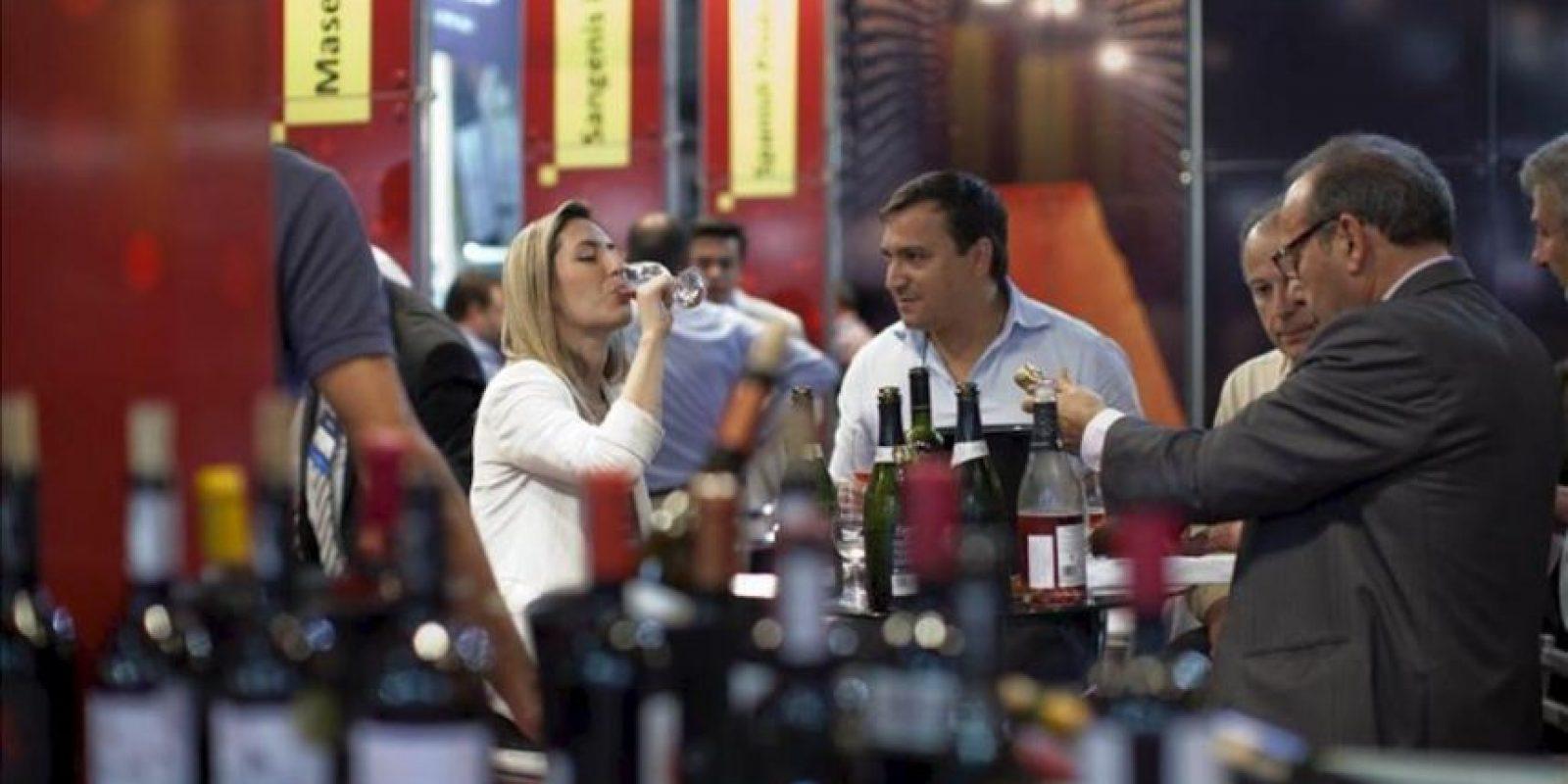 """Visitantes prueban un vino durante la """"ExpoVinis Brasil"""", feria internacional de vinos que se celebra en Sao Paulo (Brasil). EFE"""