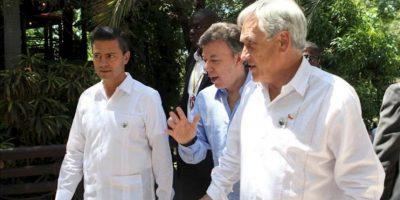 Los presidentes Enrique Peña Nieto (i), de México, Juan Manuel Santos (c), de Colombia, y Sebastián Piñera (d), de Chile, conversan durante la V Cumbre de Jefes de Estado y de Gobierno de la Asociación de Estados del Caribe (AEC), en Puerto Príncipe (Haití). EFE