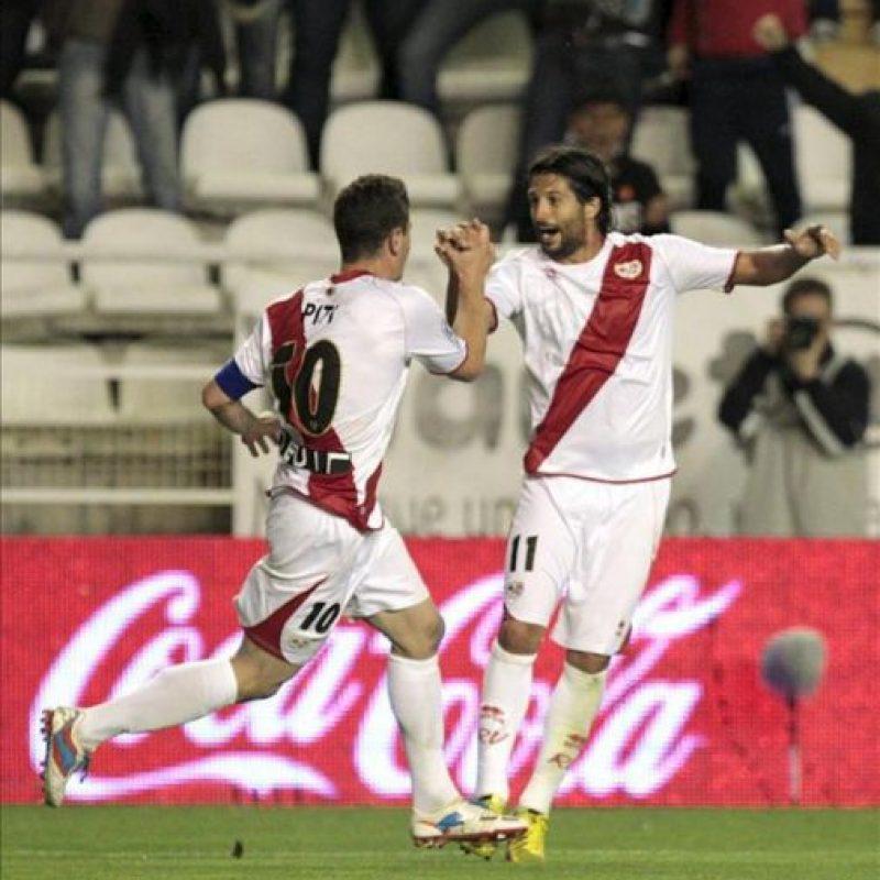 El delantero del Rayo Vallecano Piti (iz) celebra con su compañero Chori Domínguez el gol que supone el empate frente al Osasuna, correspondiente a la trigésimo tercera jornada de la Liga de Primera División en el Campo de Fútbol de Vallecas. EFE