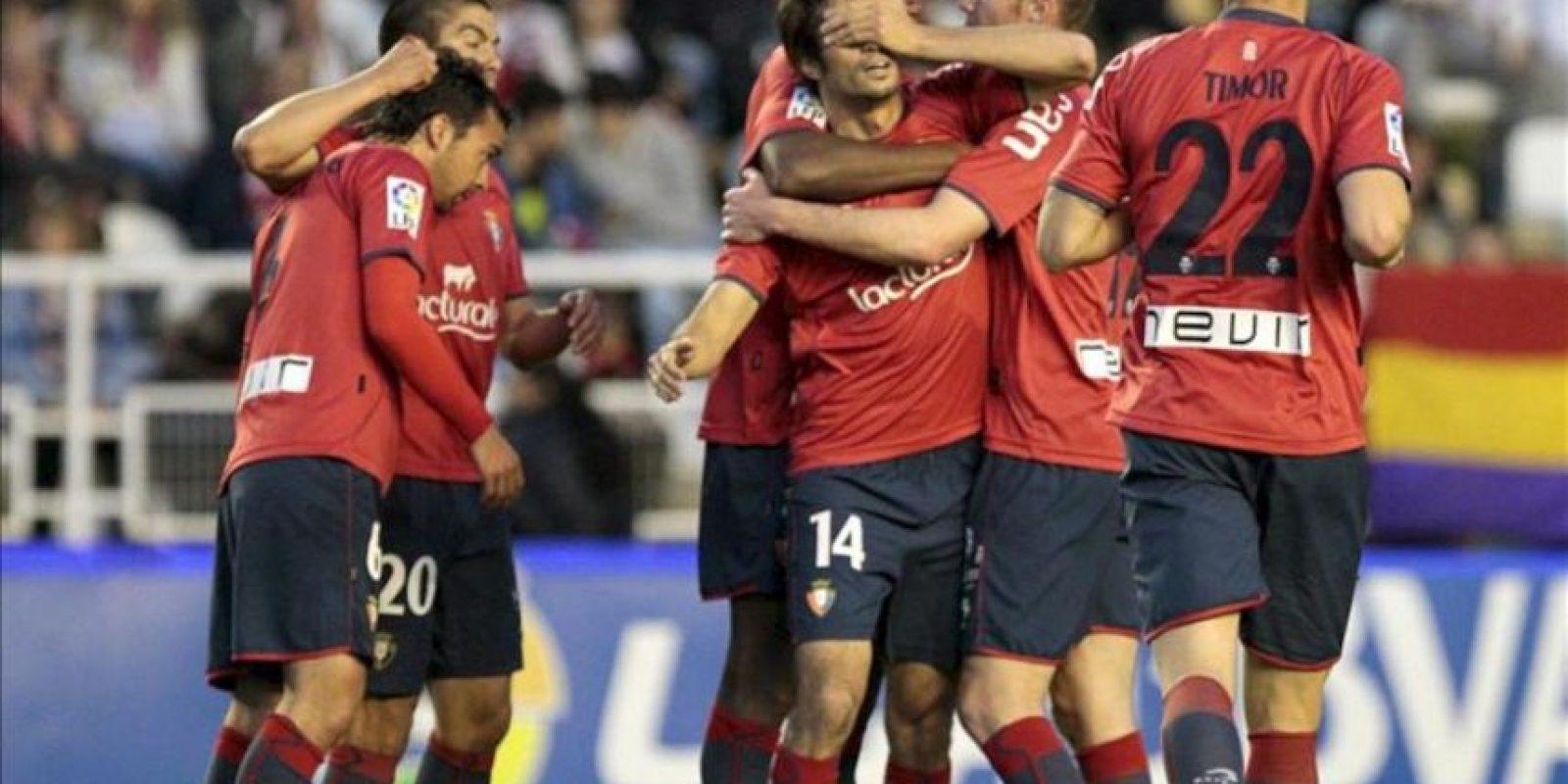 El defensa del Osasuna Alejandro Arribas (3d) celebra con sus compañeros el gol frente al Rayo Vallecano, el segundo de su equipo en el partido de la vigésimo tercera jornada de la Liga de Primera División en el Campo de Fútbol de Vallecas. EFE