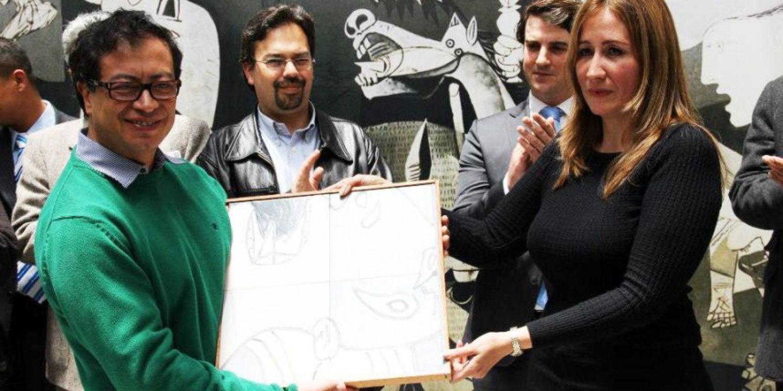 El Gobierno Vasco hizo la entrega oficial de una réplica del 'Guernica' del maestro Pablo Picasso al alcalde Gustavo Petro. Foto:Oficina de prensa Alcaldía Local de Teusaquillo