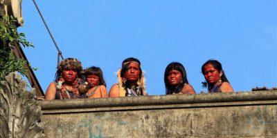 Fotografía de los cinco indígenas que se tomaron en el antiguo Museo del Indio este 26 de abril, cerca al estadio de Maracana, en la zona norte de la ciudad de Río de Janeiro (Brasil). EFE