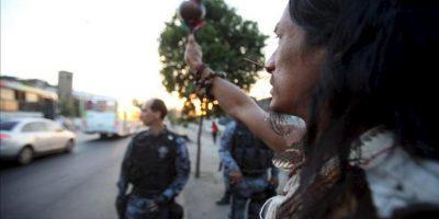 Un indio protesta frente a la policía durante el desalojo de cinco indígenas que se tomaron en el antiguo Museo del Indio este 26 de abril, cerca al estadio de Maracana, en la zona norte de la ciudad de Río de Janeiro (Brasil). EFE