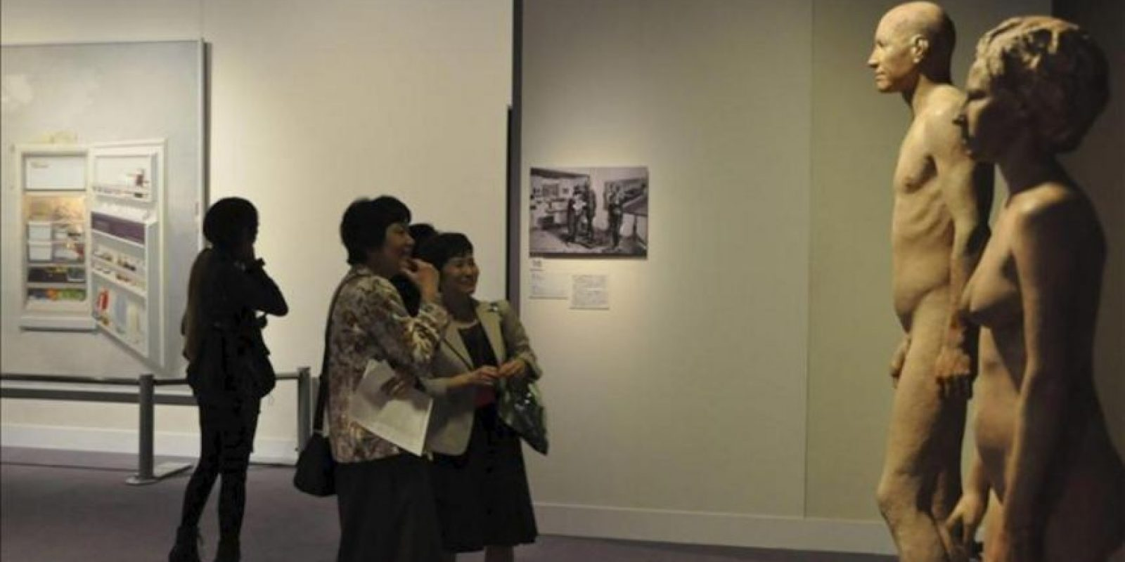 """Fotografía facilitada por el Museo Bunkamura de una de sus galerias donde se exhiben 64 obras, entre pinturas, esculturas y dibujos, del español Antonio López que presenta, por primera vez en Japón, sus obras más universales en una gran retrospectiva que repasa desde sus inicios el trabajo de este """"maestro del realismo"""". EFE"""