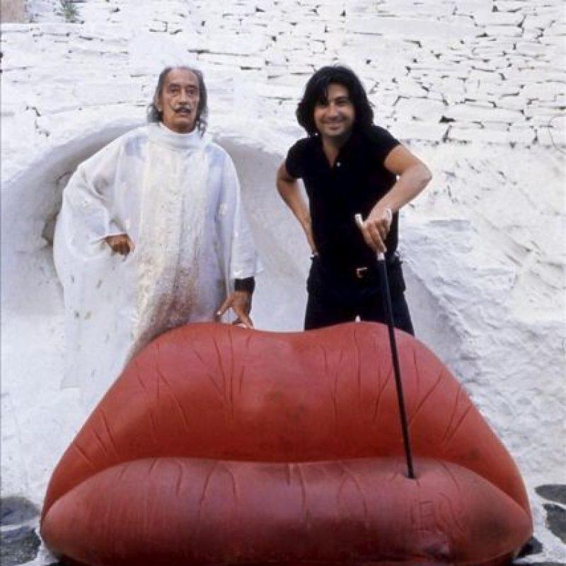 Fotografía facilitada por Bd Barcelona de Salvador Dalí y Oscar Tusquets (i-d). El genio creador de Dalí se extendió hasta el diseño de muebles, a través de unos bocetos que su amigo el arquitecto Oscar Tusquets ha materializado, una faceta de la que también se hace eco la gran exposición dedicada al artista ampurdanés que acaba de abrir sus puertas en el Museo Reina Sofía. EFE