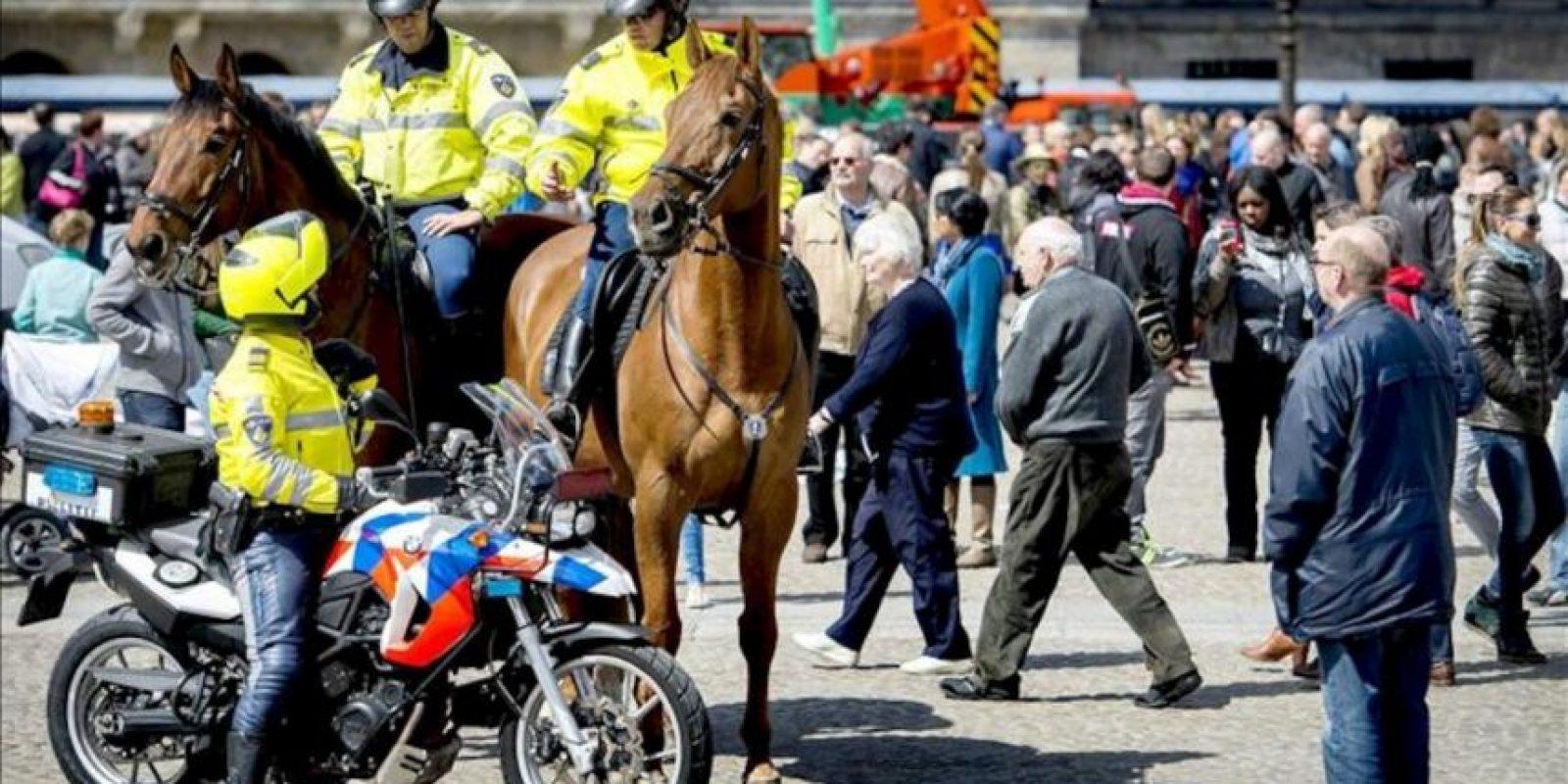 Policías a caballo y en motocicleta en el centro de Ámsterdam, Países Bajos. EFE/Koen van Weel