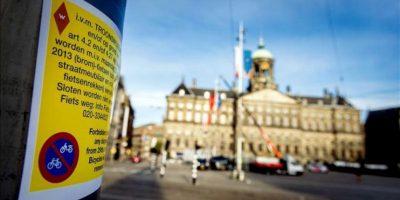 Una señal advierte sobre el aparcamiento de biciclietas y motocicletas en el centro de Ámsterdam, Países Bajos. EFE