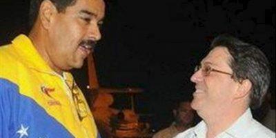 Fotografía cedida por el sitio oficial Cubadebate de la llegada, a La Habana (Cuba), del presidente de Venezuela Nicolás Maduro (i), recibido en el aeropuerto por el canciller cubano, Bruno Rodríguez (d). EFE
