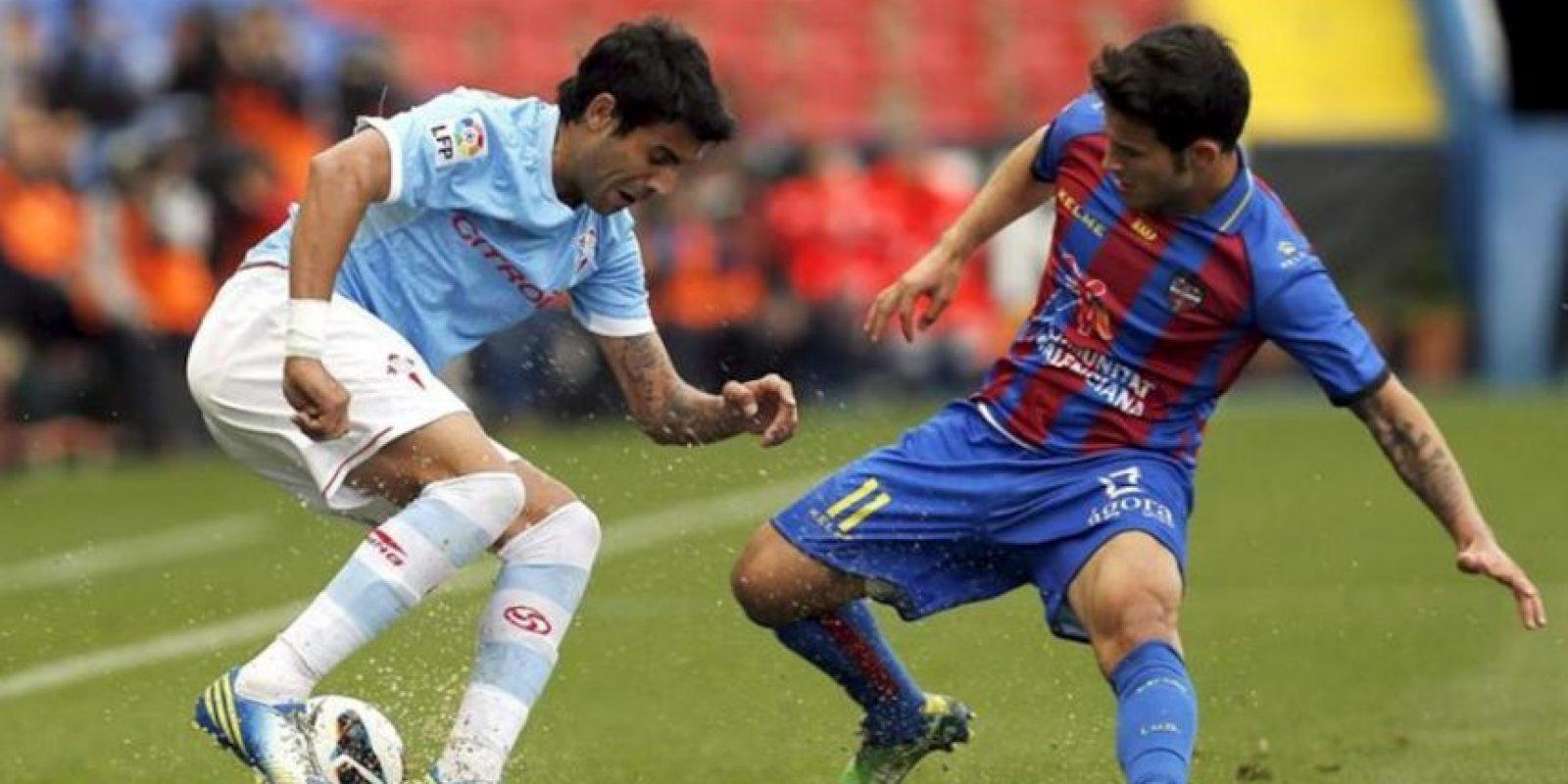 El centrocampista argentino del Celta Augusto Fernández (i) pelea un balón con el centrocampista del Levante Rubén García, durante el partido de la trigésima tercera jornada de liga en Primera División que se disputó en el estadio Ciutat de Valencia. EFE