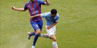 El centrocampista del Celta Alex López (d) pelea un balón con el centrocampista del Levante Vicente Iborra, durante el partido de la trigésima tercera jornada de liga en Primera División. EFE