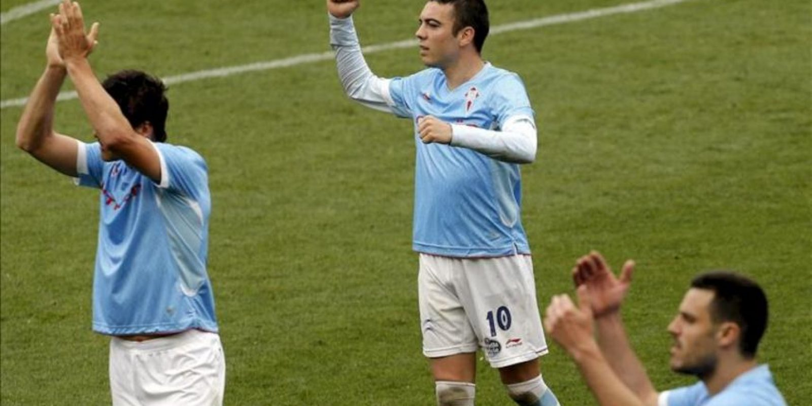 Los delanteros del Celta de Vigo Mario Bermejo (i) y Iago Aspass (c) celebran su victoria frente al Levante, al que han vencido por un gol a cero, al finalizar el partido correspondiente a la trigésima tercera jornada de liga en Primera División que se ha disputado en el estadio Ciutat de Valencia. EFE